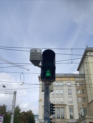Eine Fußgängerampel mit grüner Ampelfrau.