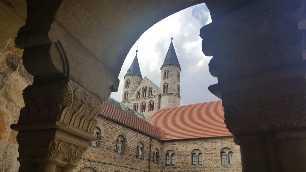 Blick vom Kreuzgang des Klosters in Magdeburg auf die Klostertürme.