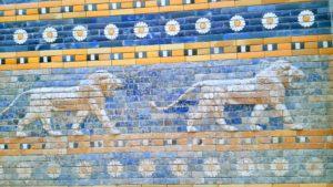 Ausschnitt aus der Prozessionsstraße. Blaue Fliesen und gelbe Löwen.