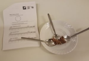 Verkostung: drei Löffel mit veganem Mousse au Chocolat