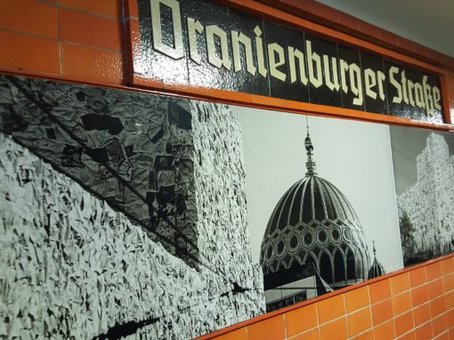 Schild am Untergrund-Bahnhof Oranienburger Straße