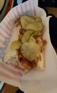 Klassischer Hot Dog mit Röstzwiebeln und saurer Gurke.