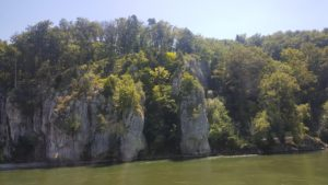 Felsenformation mit aufragenden Spitzen am Ufer der Donau.