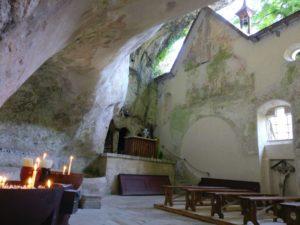 Innenraum der Felsenkirche mit Blick auf den Altar und der Wand, die sich nach oben öffnet