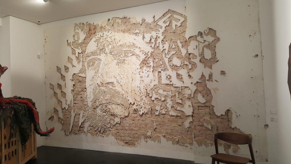 Gesicht in der Wand, dass durch ein Zusammenspiel zwischen hellem Putz und Ziegelwand entsteht.