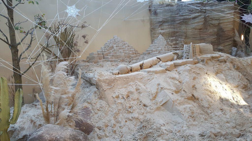 Zusammengestürzter Fernsehturm aus Sand.