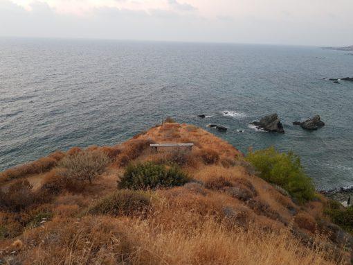Felsvorsprung am Meer mit einer Bank