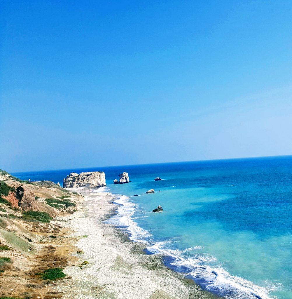 Weiße Felsen im türkisblauen Meer: der Petra tou Romiou aus der Ferne.