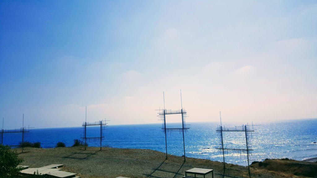 Aussicht aufs Meer, mit aufgestellten Metallrahmen fürs Fotomotiv.