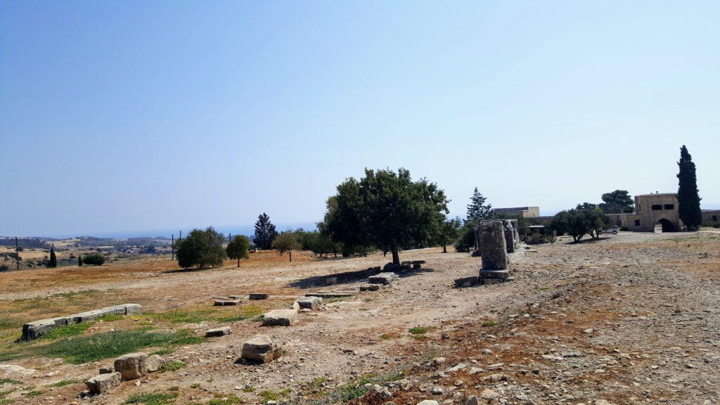 Reste von Mauern und Säulen auf einem Gelände voller Steine.