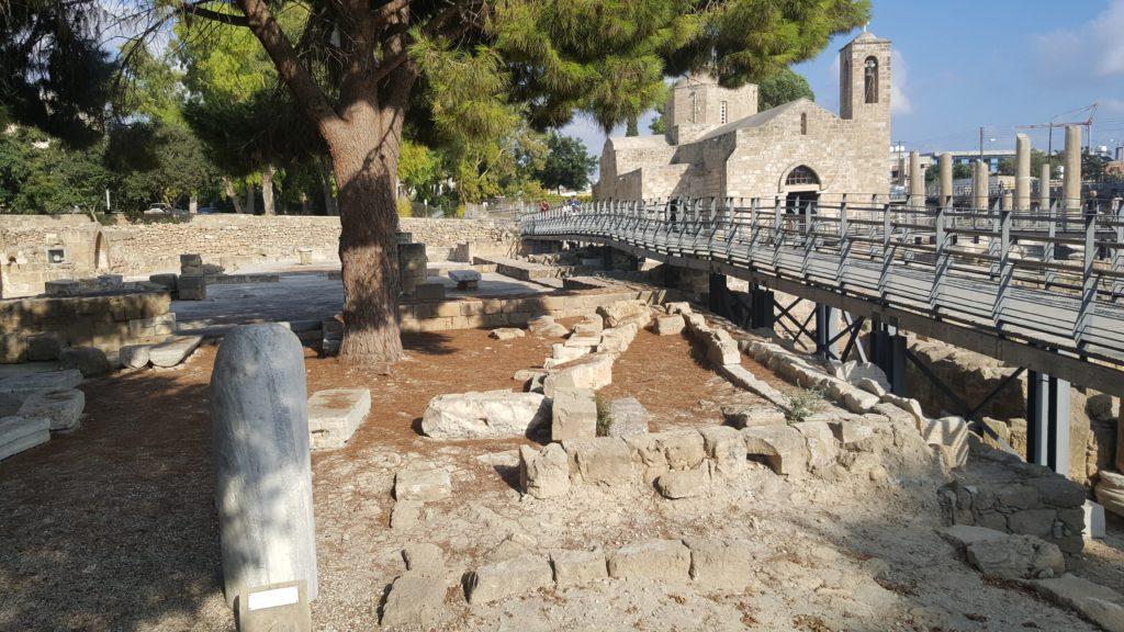 Paulussäule und Blick auf die Stege und das Ausgrabungsgelände.