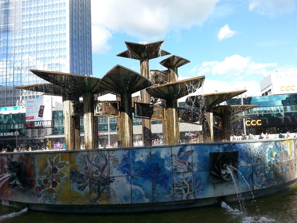 Brunnen der Völkerfreundschaft mit Schalen, aus denen das Wasser fließt und einem farbigen Mosaik mit Vögeln und Pflanzen.