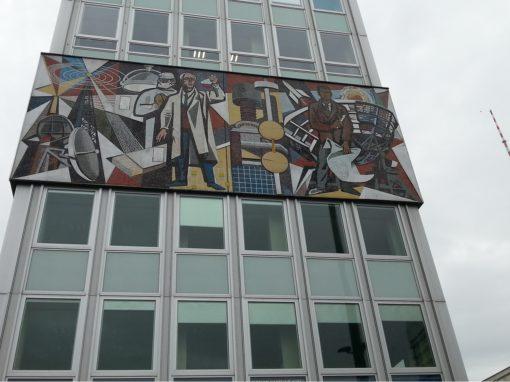Haus des Lehrers mit Mosaik und Fernsehturm.