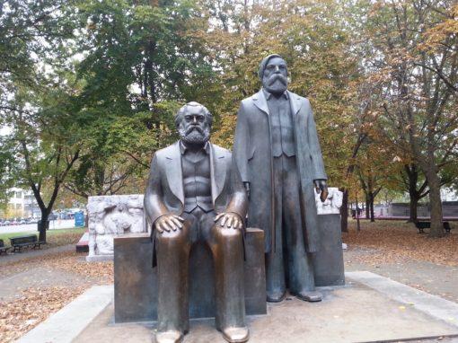 Bronzefiguren von Karl Marx und Friedrich Engels.