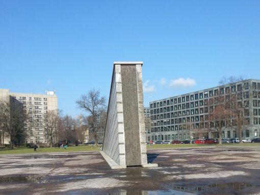 Blick auf den Mauerbrunnen von vorne mit Wasserbecken.