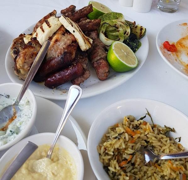 Essen in Zypern: Fleisch, Reis und Dips.