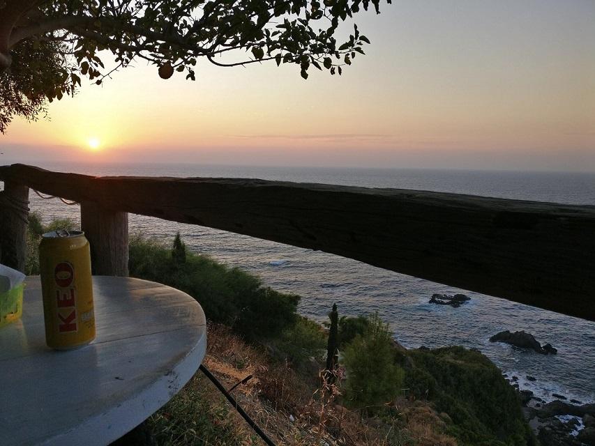 Sonnenuntergang in Zypern mit Ausblick auf das Meer an einem Tisch bei Koulla's.