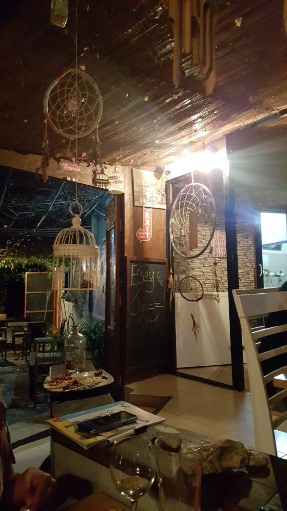 Val's Place in Zypern, Polis: Ein uriger Raum voller Traumfänger und Dekoration.