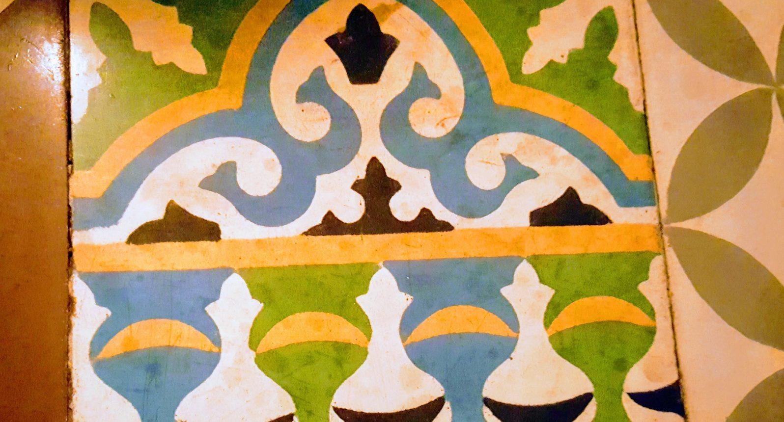 Bunte Kachel im Restaurant Al Andalus