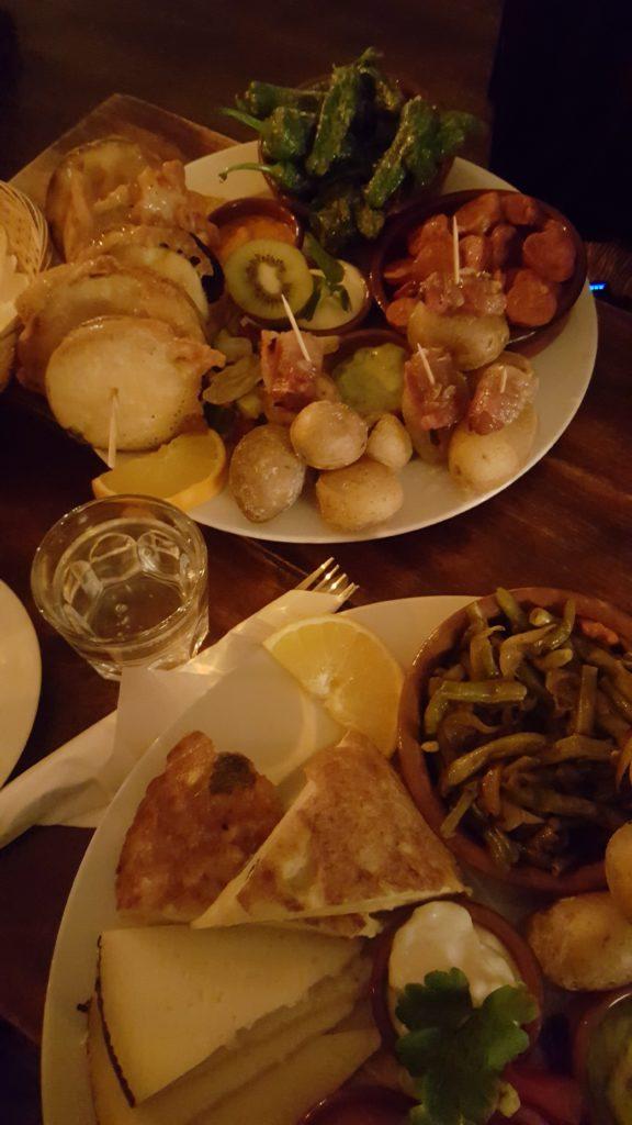 Tortilla, Aioli und Käse auf einem Teller.
