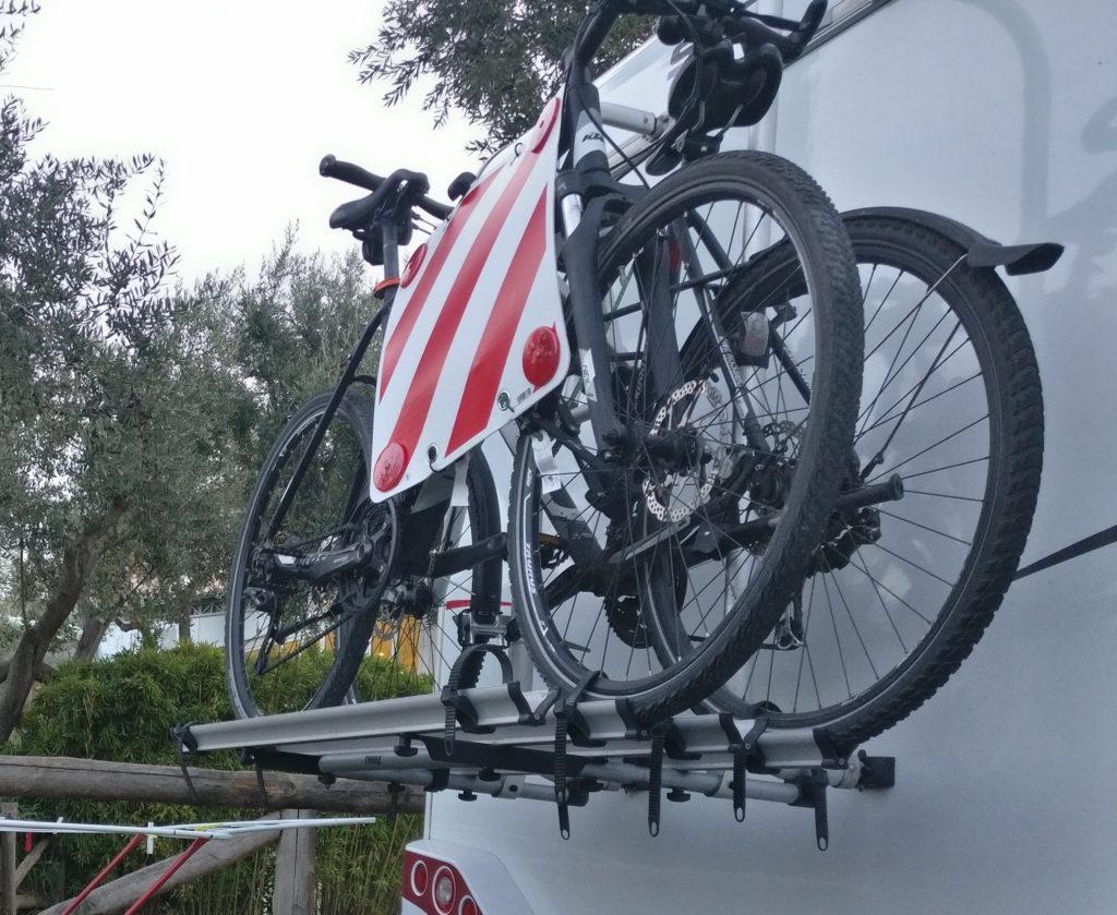 Fahrradträger mit Warntafel