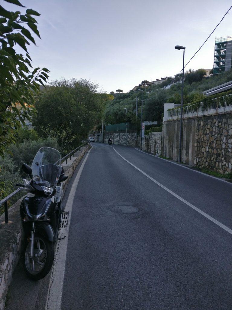 Asphaltierte Straße ohne Bürgersteig.