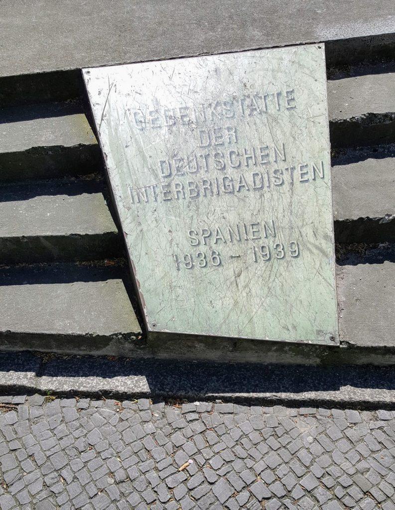 Gedenkplatte für die deutschen Interbrigadisten als Teil des Monuments for Historical Change