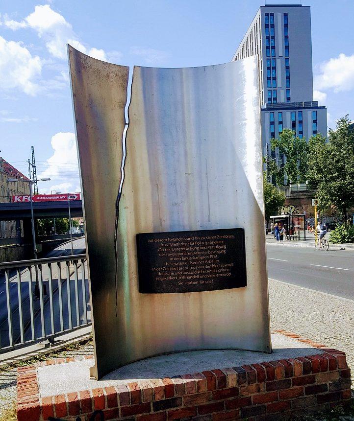 Blick auf das Denkmal zum ehemaligen Polizeipräsidium am Alexanderplatz