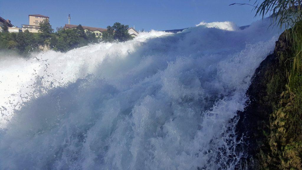 Herabstürzendes Wasser mit Schaum zum Greifen nah.