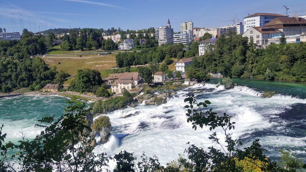 Blick auf die einzelnen Stufen des Rheinfalls.