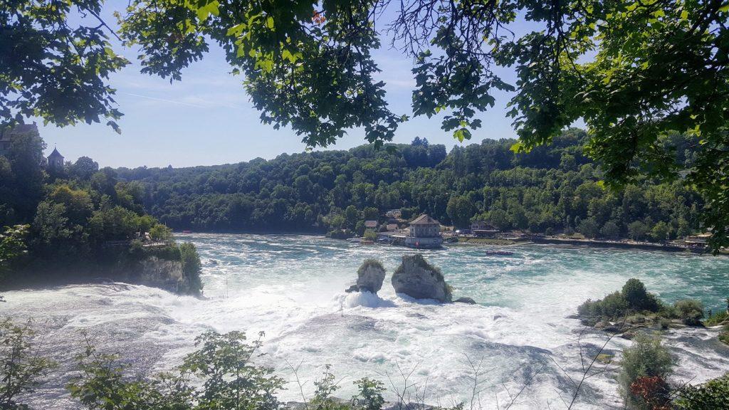 Blick auf den oberen Bereich des Rheinfalls.