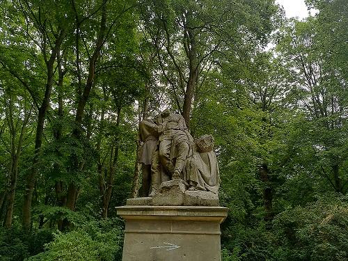 """Skulptur """"Der Verwundete"""" bei der die Köpfe und andere Gliedmaßen fehlen."""