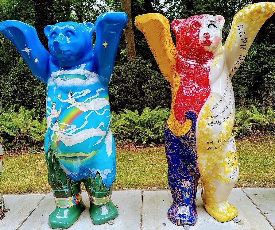 Bemalte Bären, die Nord- und Südkorea symbolisieren.