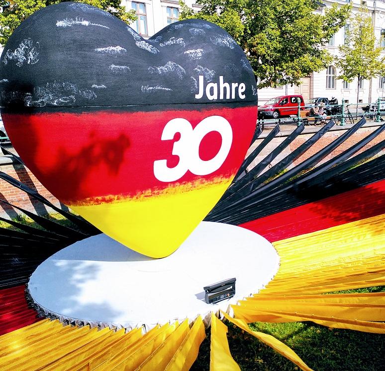 Ein schwarz-rot-gelbes Herz zur Feier der Deutschen Einheit