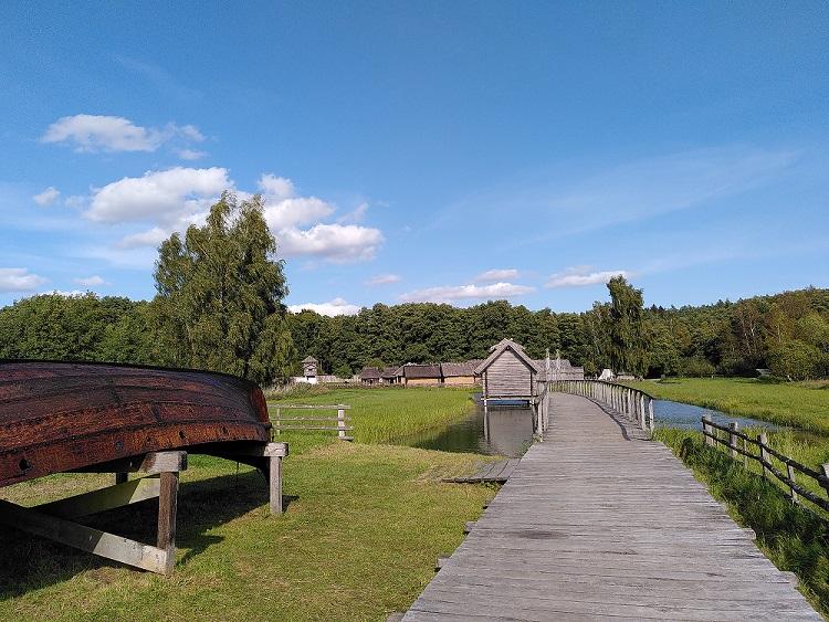 Blick auf das Freilichtmuseum mit Steg und Häusern.