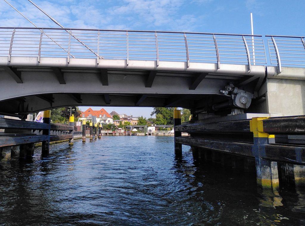 Die Drehbrücke von Malchow vom Wasser aus.