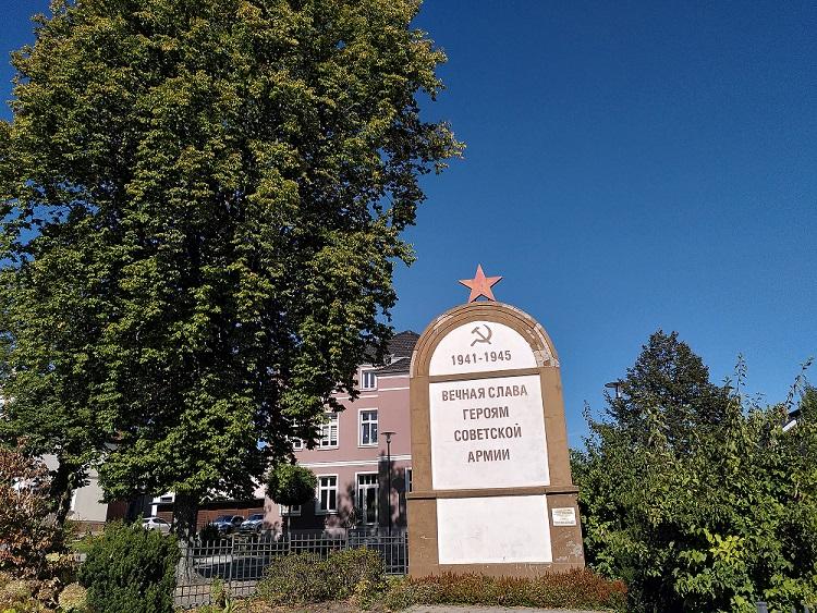 Gedenkstein in Malchow mit russischer Inschrift.