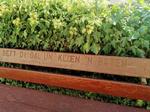Holzbank mit einer Einschrift in Plattdeutsch