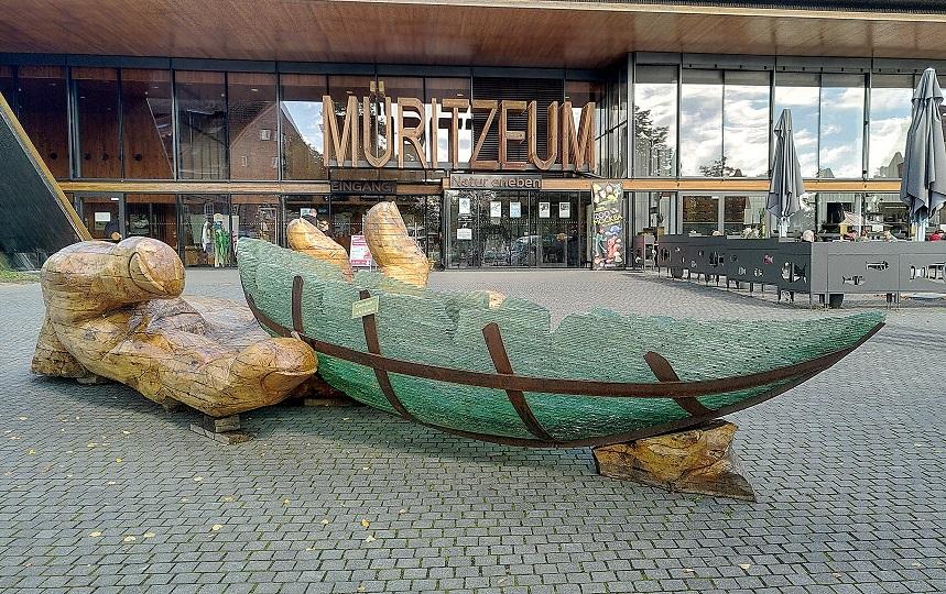"""Eingang zum Müritzeum in Waren mit dem Kunstwerk """"gläserne Arche""""."""