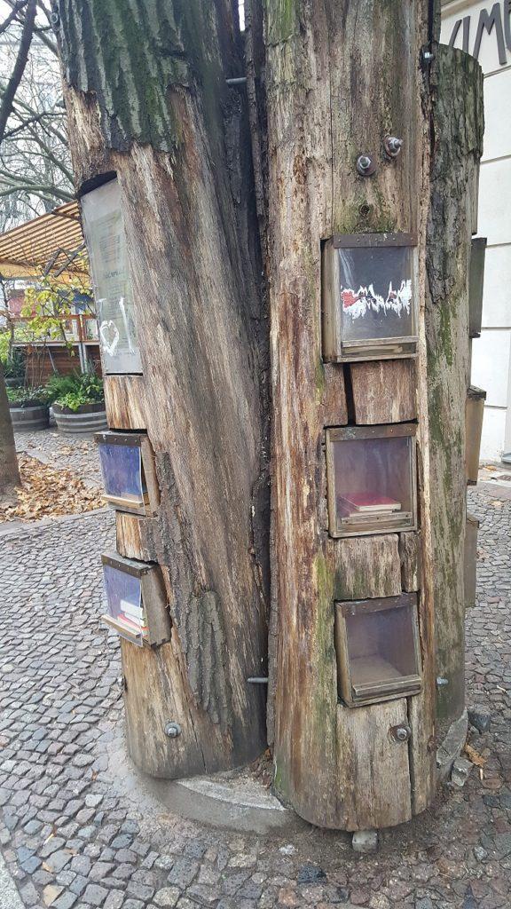 Holzstamm mit Fächern.