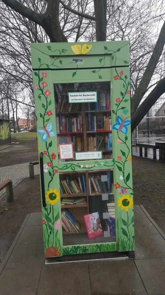 Bunt bemalte Bücherzelle in Kaulsdorf.