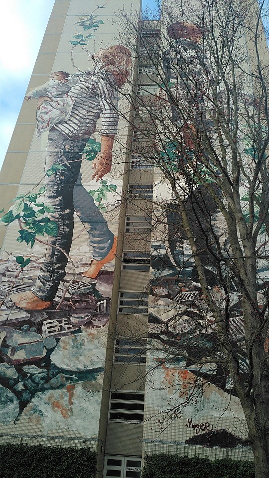 "Mural ""Summer of Peace"": Frau mit einem Kind auf dem Arm."