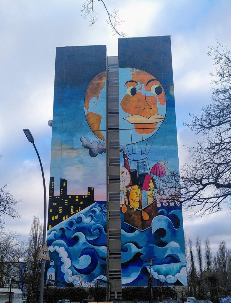 Mural mit der Erde als Ballon und Häusern im Ballonkorb.
