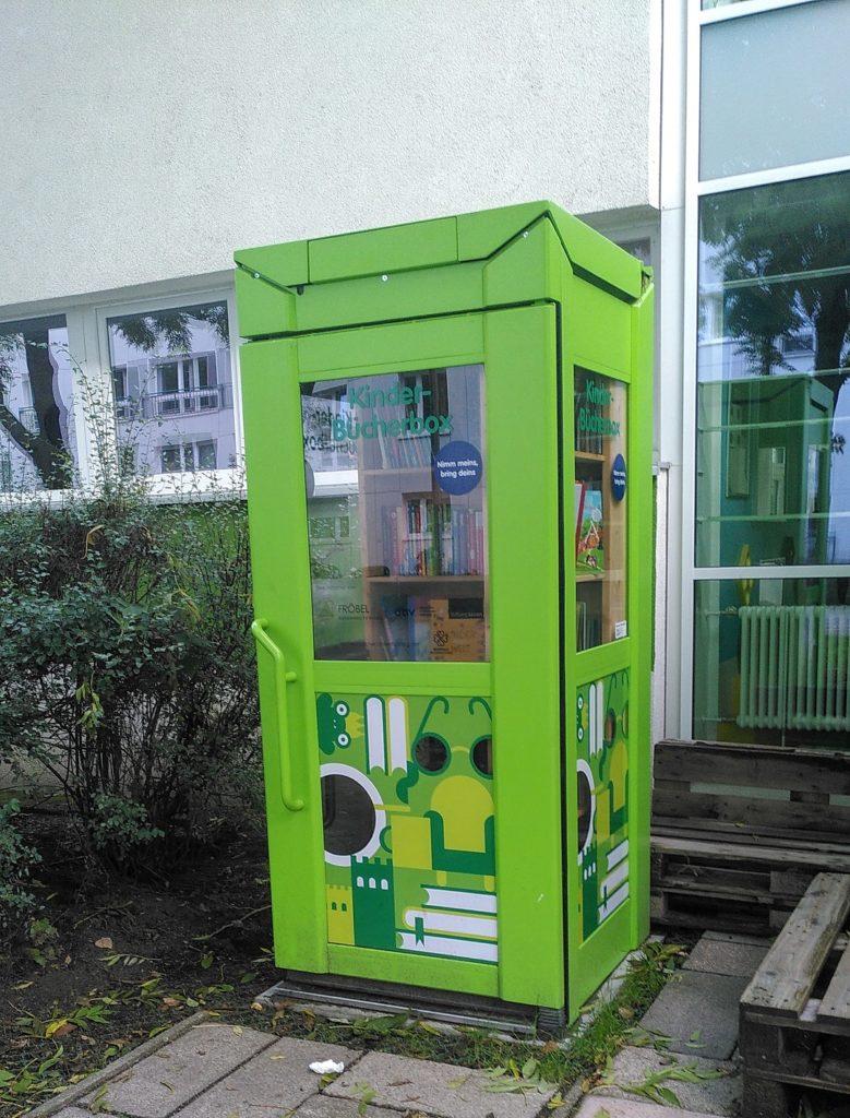 Grüne Kinder-Bücherzelle.