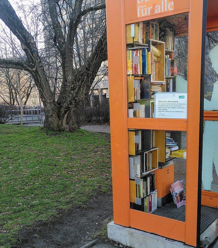 Orangefarbene Bücherzelle