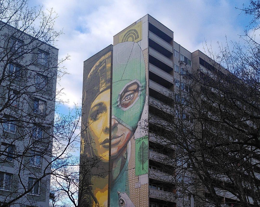 Art Park Tegel: Mural einer Frau mit zwei Gesichtern.