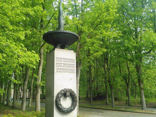 Ehrenmal Eingang mit Skulptur einer ewigen Flamme