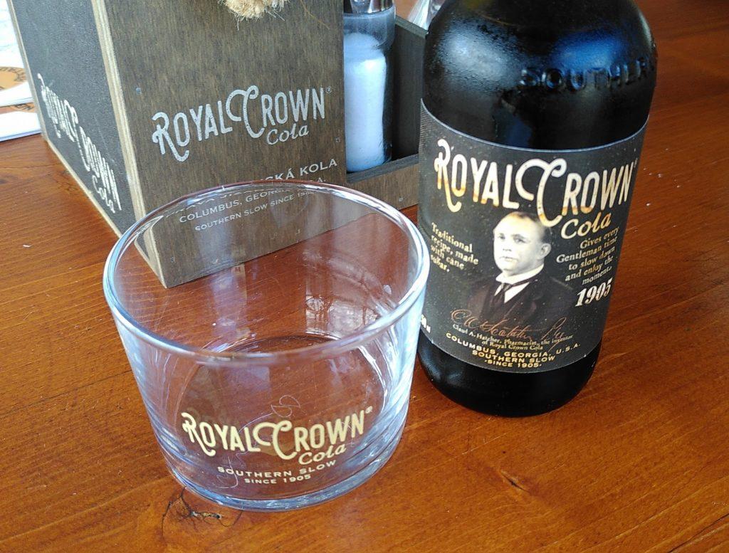 Eine Royal-Crown-Colaflasche, die aussieht, wie eine Medizinflasche und ein Glas.