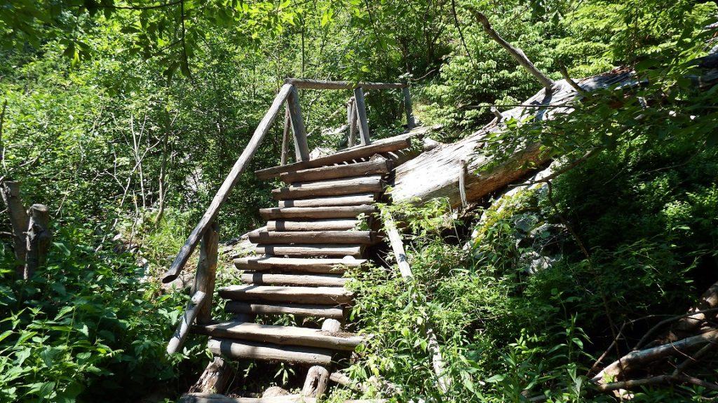 Schiefe Holztreppen mit fehlenden Stufen.